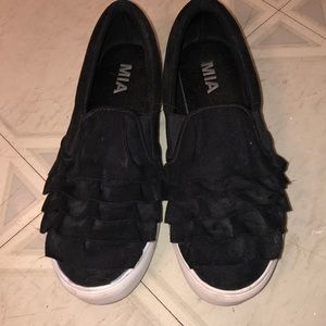 Slip on black sneakers with fringe design
